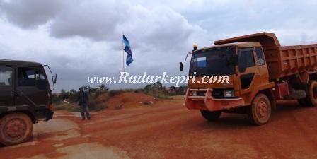 Bendera Partai Demokrat di pertambangan bauksit illegal di daerah Wacopek-Bintan