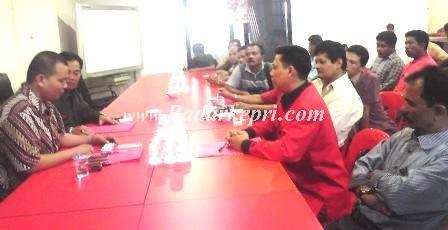 H Nurman HMN bersama tokoh Minang mendaftarkan diri menjadi celeg dari PDI-P Tingkat Provinsi untuk dapil Kota Tanjungpinang.