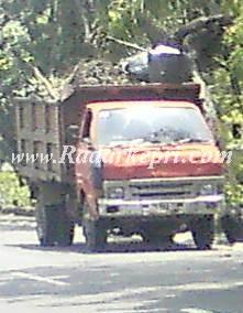 Mobil truk pengangkut sampah di Pemko Tanjungpinang yang tidak terawat, padaha 1 tahun Rp 2 Miliar lebih dianggarkan untuk merawat kendaraan tersebut.