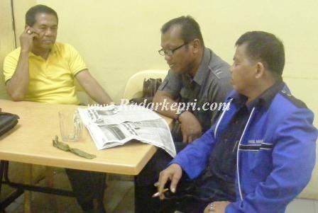foto tiga wartawan senior, Mawardi dan Girin tengah Habil sedang berbincang-bincang tetang kabag humas pemko Batam Ardiwinata==