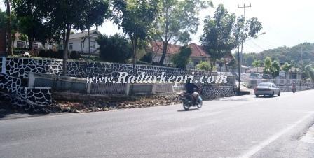 Pagar kantor BPN Provinsi Kepri yang roboh pada 1 April 2013 lalu, hingga Selasa, 09 Maret 2013 belum dibersihkan.