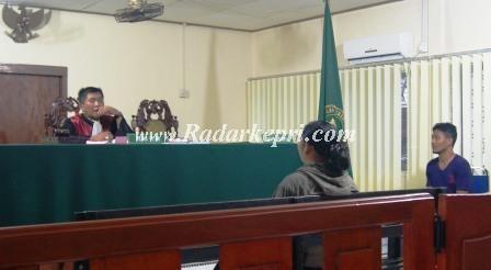 Sidang Dedi Topan yang menganiaya Cici istri sirinya pada Selasa (23-04) di PN Tanjungpinang.