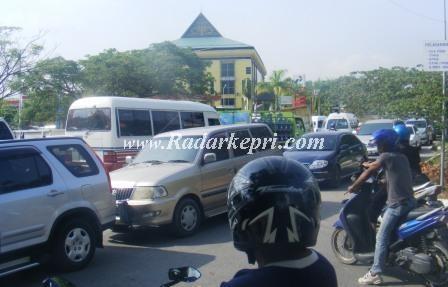 macet Panjang yang terjadi akibat antrian mobil yang mengisi BBM di-SPBU Batam Centre=