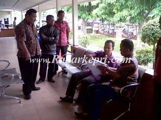 DPRD Lingga Tinjau RSUD Dabo, petugas sedang memberikan keterangan peralatan rusak di ruang inap=