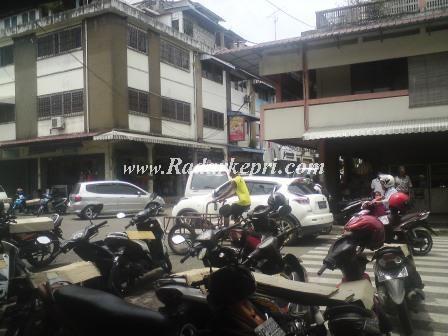 Jl Merdeka yang sebagian besar dipergunakan untuk parkir penyebab macet.