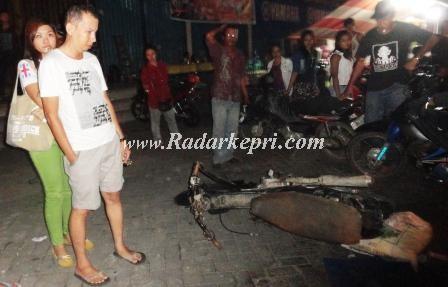 Ati dan istrinya Amoy melihat motor yang menabraknya dibiarkan pendaranya, Tole yang lari usai menabrak di batu 2 padaSelasa 18 Juni  2013