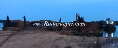 Loading biji bauksit dari hasil tambang ilegal di Tanjung Sebauk, Senggarang Besar. foto diambil Minggu 16 Juni 2013.