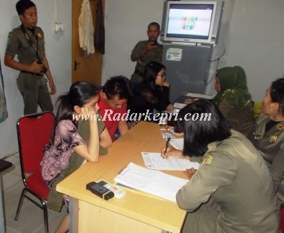 Remaja yang ditankap ketika diberi pengarahan di kantor Satpol PP, Kamis 28 Agustus 2013.(foto by chendy tan, radarkepri.com)