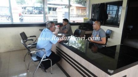 Abdullah Mustafa ketika melaporkan ke Mapolresta Tanjungpinang tentang penambangan ilegal, namun disarankan langsung ke Reskrim.