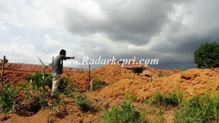 Jasman sedang menunjuk lori menimbun lokasi perumahan D'Green, Kamis 28 November 2013.