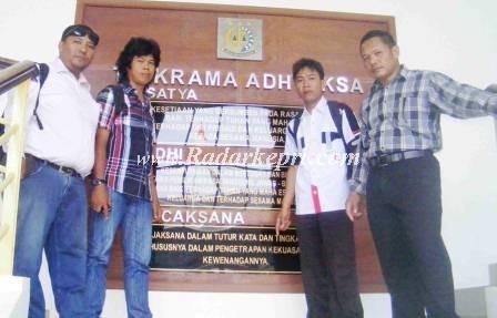 Aktifis LSM mendantangi kantor Kejari Batam mempertanyakan perkembangan kasus korupsi rumah rakyat miskin.