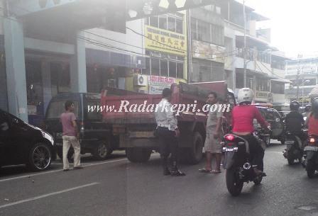 Petugas Dishubkominfo sedang menegur supir truk yang parkir sembarangan.