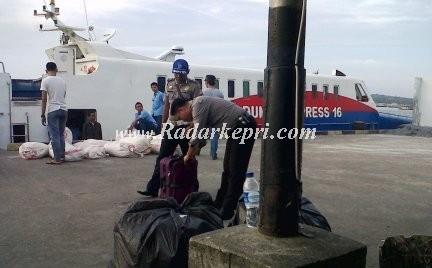 Polisi sedang memeriksa tas merek Polo tak bertuan di pelabuhan Sri Bintan Pura Tanjungpinang.