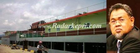 Kapal Isap Paragon yang menambang timah di laut dan H Huzrin Hood.