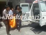 Petugas Polsek Tanjungbalai Karimun ketika membawa jenaza Yenni ke ambulan untuk di visum di RSUD.