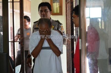 Adam, tersangka cabul (baju kaos putih) ketika digiring petugas ke sel Polres Bintan