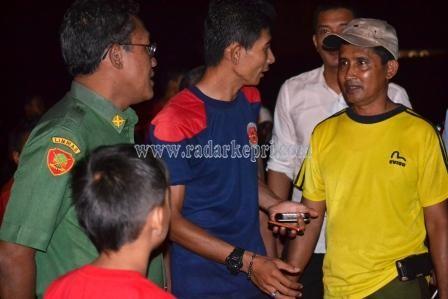 Drs Riono M Si, Sekretaris Daerah Kota (Sekdao) Tanjungpinang sedang berbicara dengan warga di lokasi kebakaran Jl Kota Piring.
