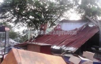 Bagunan kantor pos pengawasan BP Batam yang dirusak warga paska kerusuhan dilahan kampung seraya tanggal 29 September 2014