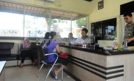 Leni Setiawati ketika di SPK Polres Tanjungpinang melaporkan perampokan sepeda motornya oleh Bank Sinarmas Tanjungpinang.