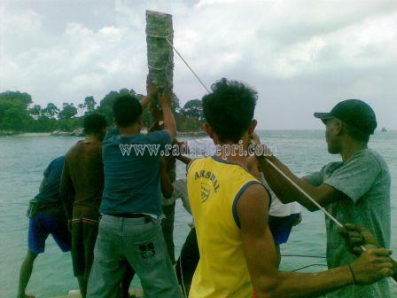 Pemuda Pulau berhala Kabupaten Lingga gotong royong untuk memperbaiki Ujung pelabuhan berhala dengan alat seadannya
