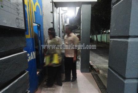Tersangka Helman ketika dijebloskan ke Rumah Tahanan Negara (Rutan) di Kampung Jawa.