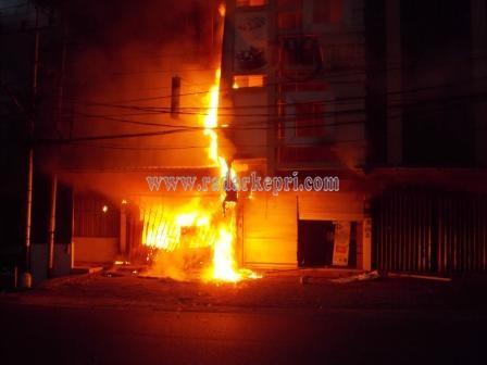 api mulai menjalar ke lantai II toko eletronik LG di jl Ketapang.
