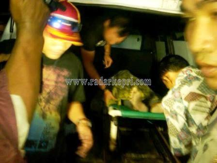 Jenazah Sugeng ketika dinaikkan kedalam ambulance untuk di bawa ke RSUP Kepri.