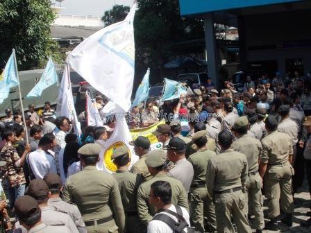 Sejumlah masa dari Ormas dan OKP menggelar aksi demo di kantor PLN Cabang Tanjungpinang karena seringnya listrik mati tanpa penjelasan.
