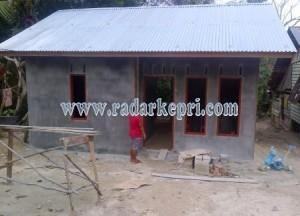 (( Alos Masyarakat Pasir kuning  milihat Rumahnya hampir siap yang dibangun melalui dana RTLH