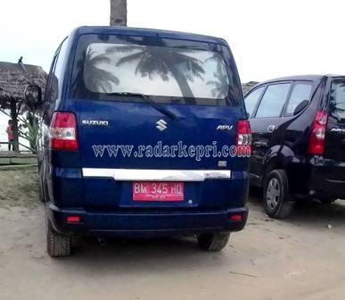 Mobil dinas yang dipergunakan pejabat untuk liburan di pantai Tri Kora.