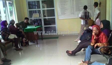 Para wanita yang sedang menunggu persidangan perceraian di Pengadilan Agama Tanjungpinang.