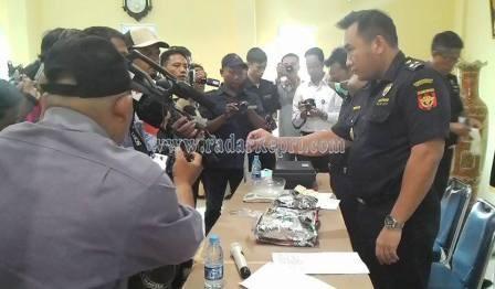 Petugas BC sedang menguji narkoba jenis Sabu-Sabu yang di seludupkan LK, WN Malaysia.