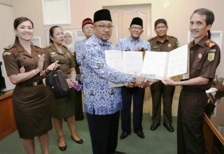 Walikota Tanjungpinang, H Lis Darmansyah SH ketika menerima dokumen hibah tanah dari Kejaksaan.