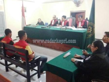 Syah Gunandar alias Tole dan Bhimo ketika mendengarkan vonis di PN Tanjungpinang.