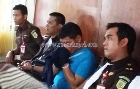 Aldo (baju biru) ketika dihadirkan ke persidangan untuk terdakwa Gembot dan Acai