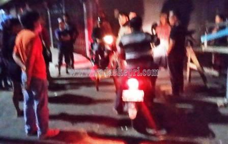 Polisi dari Polsek Tanjungpinang Barat ketika mengamankan sejumlah barang bukti yang dipergunakan untuk memukul Samsul.