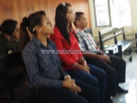 Tini, Sherly dan oknum anggota DPRD Bintan, Arif Jumana sedang menunggu persidangan dengan agenda tuntutan yang kembali di tunda.