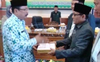 Bupati Lingga H Daria Menyerahkan KUA PPAS Kepada Ketua DPRD Lingga H Kamarudin Ali
