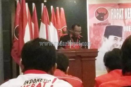Listardi, ketua DPC PDI-P Natuna menyampaikan pandanganya tentang perkembangan Natuna, Minggu (05/04)