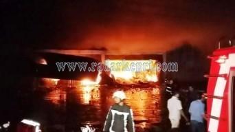 Petugas pemadam kebakaran masih bersiaga di toko Sumly, Jl DI Pandjaitan kilometer 7 Tanjungpinang. Sabtu (25/04).