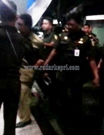 Surya Dharma Putra SE, bendara Dinas PU Anambas ketika dijebloskan ke Rutan kelas II Kampung Jawa, Tanjungpinang, Selasa (28/04) pukul 22 00 Wib.