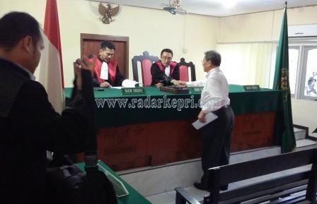 Terdakwa tindak pidana penggelapan, Helman menyalami majelish hakim setelah dituntut ringan oleh jaksa