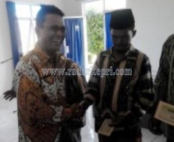 Wabup Bintan, Khazalik serahkan insentif untuk RT, RW dan LPM di Kecamatan Bintan Utara dan Seri Kuala Lobam, Kamis (16/04)
