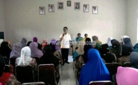 Wabup Bintan menyerah insentif pada Posyandu se-Kecamatan Gunung Kijang, Kabupaten Bintan, Kamis, (16/04),