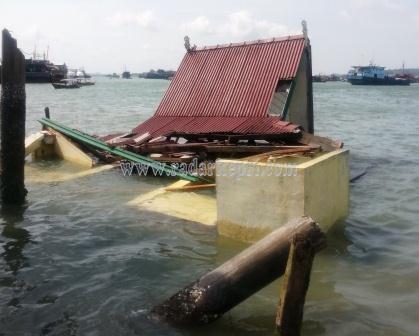 Beginilah kondisi ruang tunggu dermaga Kampung Bugis yang ditabrak tongkang Marine Power 3036, Minggu 21 Juni 2015.