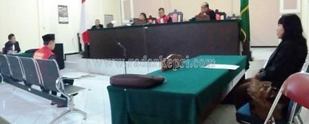 Kusriyanto alias Atus yang dihukum selama 6 tahun penjara karena menggauli pacarnya yang masih di bawah umur, Selasa (09/06) di PN Tanjungpinang.