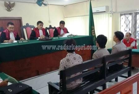 Terdakwa Sabrial alias Botak ketika mendengarkan keterangan tiga saksi yang dihadirkan jaksa ke PN Tanjungpinang, Senin (08/06).