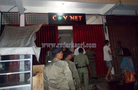 Warnet C &Y Net yang masih buka pada hari pertama bulan Ramadhan 1436 H.