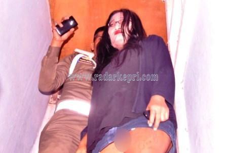Wanita tanpa celana dalam yang terjaring razia keika dibawa ke kantor Satpol PP Pemko Tanjungpinang, Kamis 02 Juli 2015.