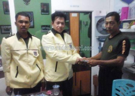Adi Wijaya, dewan pertimbangan organisasi DPD APDESI Kepri saat menyerahkan bantuan pada Ramli untuk pengukuhan pengusur APDESI Kepri.
